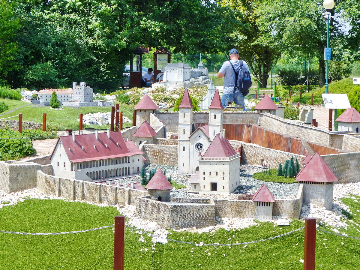 Előtérben a XVI. századi Egri vár, mögötte balra Sárospatak, középen Füzér vára