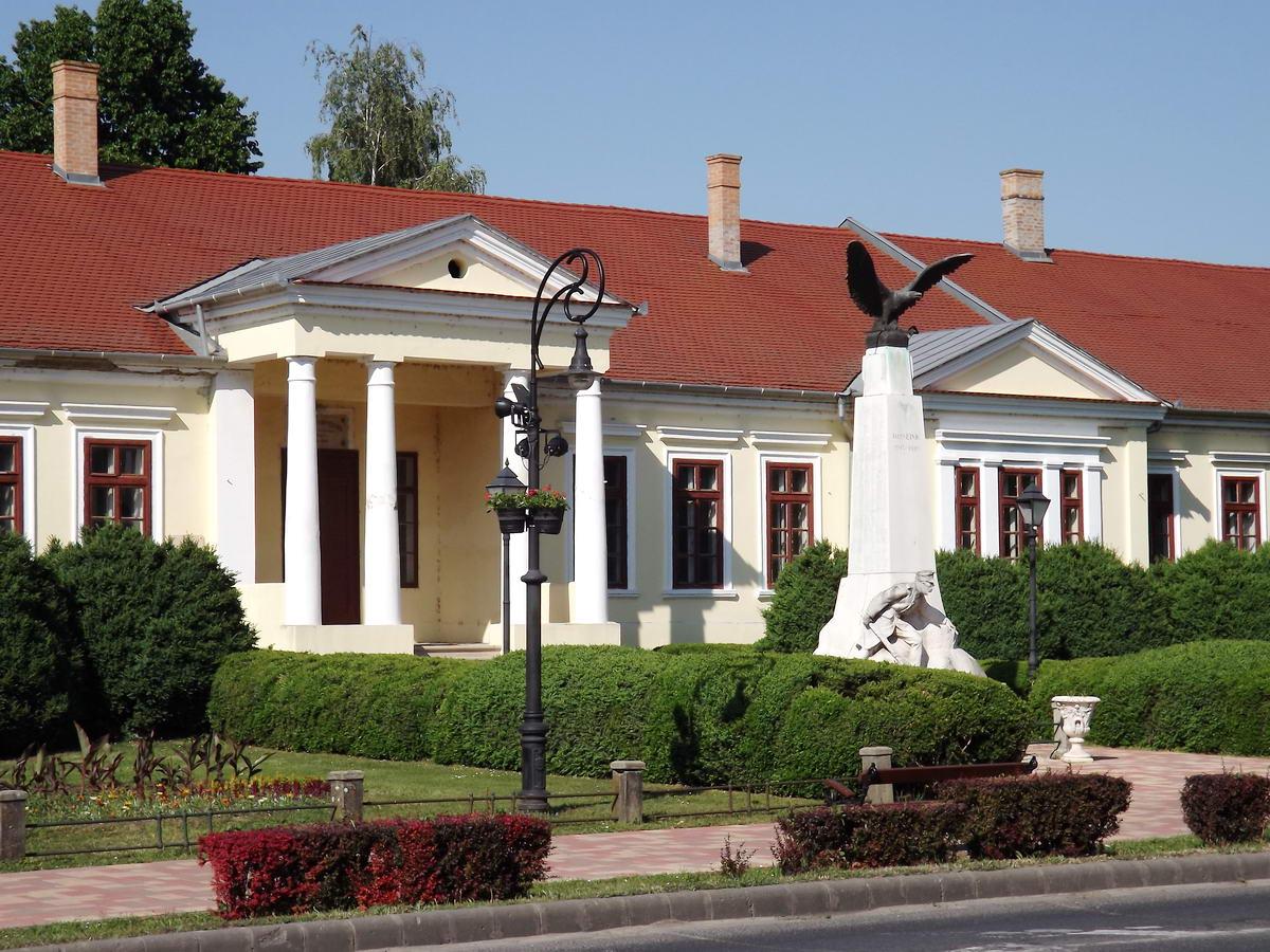 A város főútja, a Szabadság út mellett áll a Mittrovszky kastély is