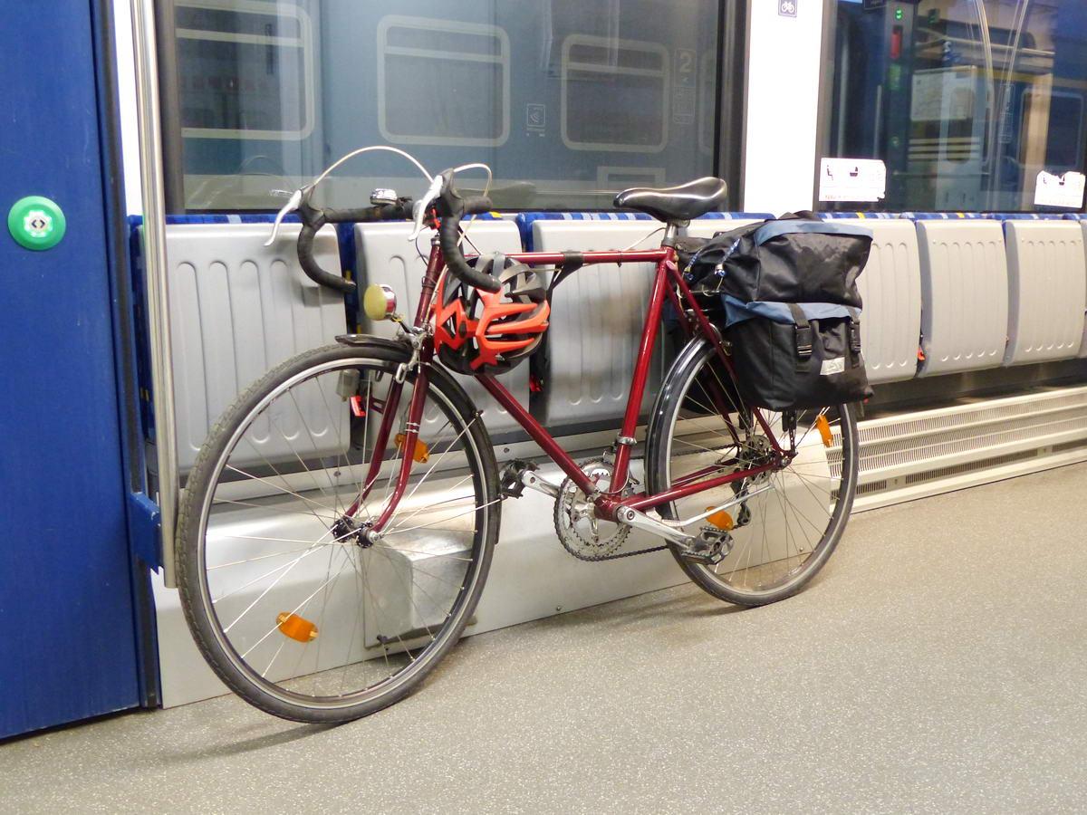 Az alacsonypadlós Stadler FLIRT és KISS vonatokon a legkönnyebb a kerékpár szállítása. Mivel a peronról simán fel lehet tolni a felmálházott bringát, még a csomagokat sem kell leszedni róla!