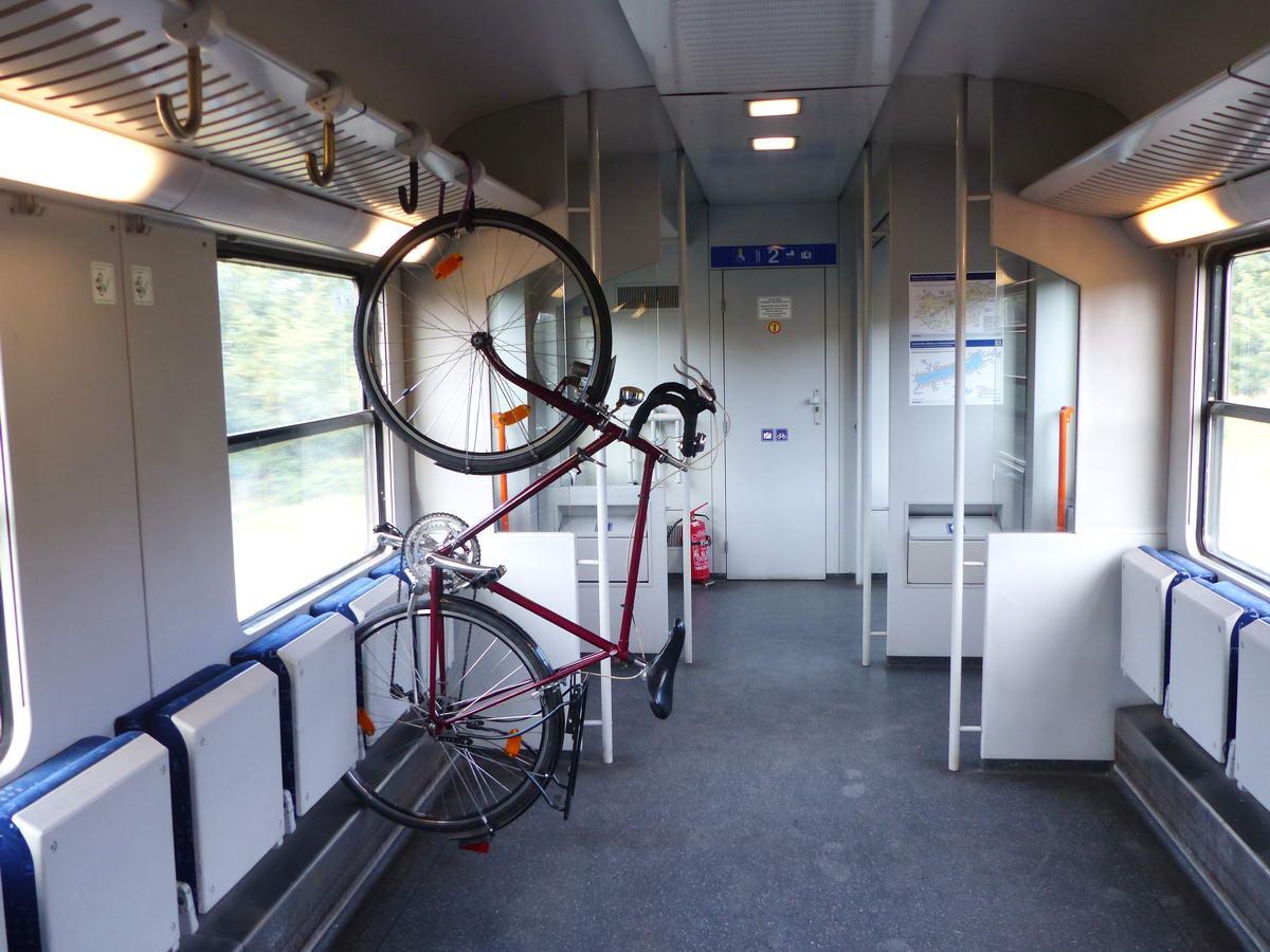 Kerékpárszállító kocsi nincsen minden vonaton, de ha van, akkor elsőnek, vagy utolsónak sorozzák be a szerelvénybe. Ezeken a kocsirészeken akár nyolc kerékpár is szállítható egyszerre! Itt is le kell venni a csomagokat a lépcsők és a felakasztott szállítás miatt.