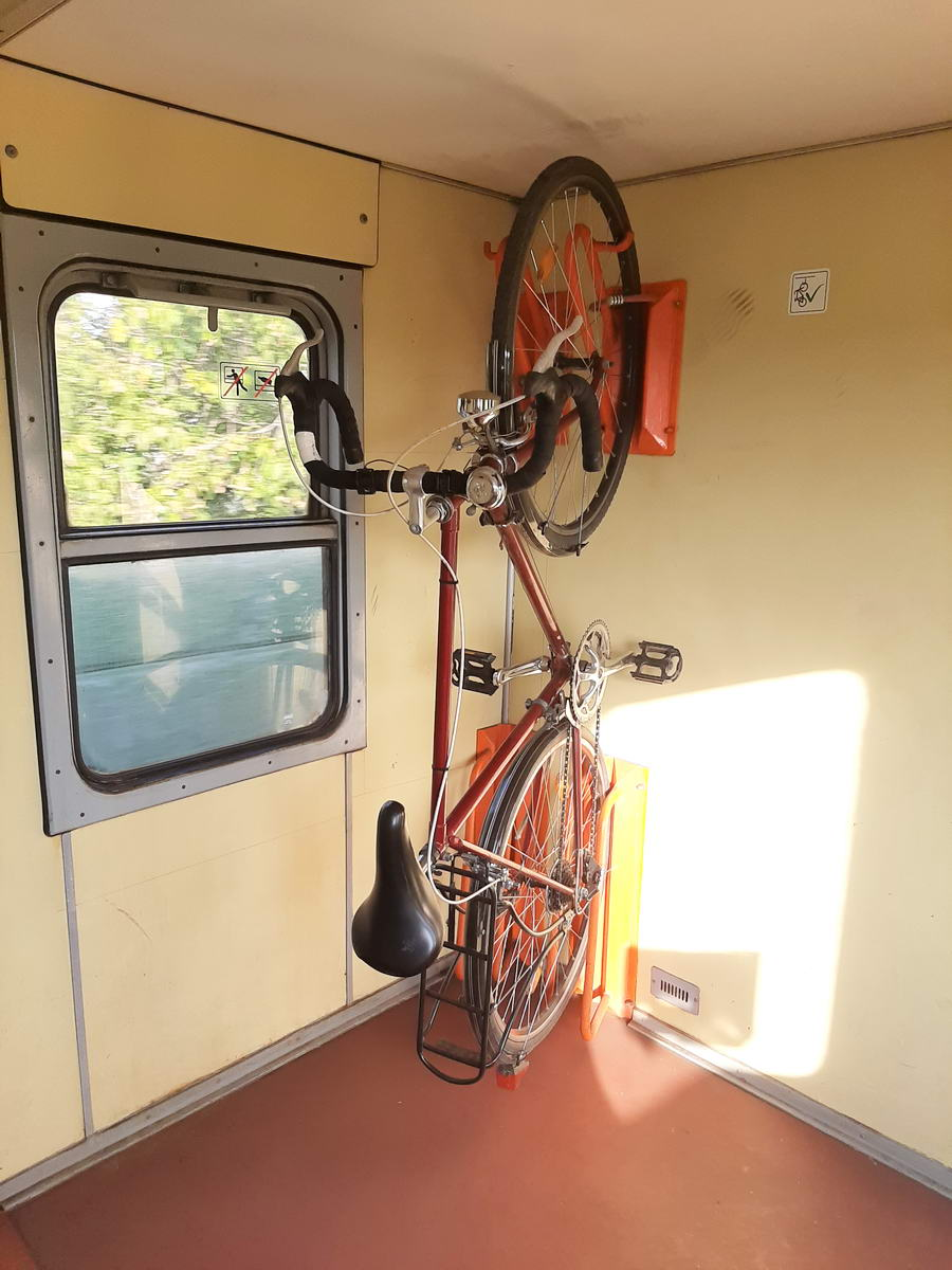 Sok kocsi elején, végén van kerékpártároló hely, ebben az esetben az ajtón kerékpár piktogram jelzi, hogy ott kerékpárt lehet szállítani. Bár ezen a képen két kampó is fel van szerelve, az ablakhoz közelebbire csak úgy lehet kerékpárt rakni, ha a kormányát kilógatjuk az ablakon.
