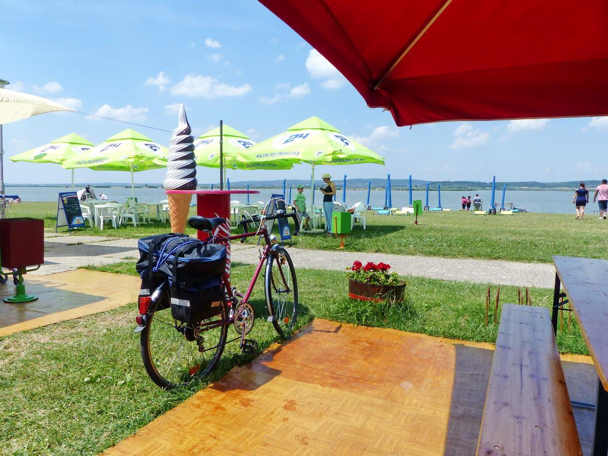 Itt éppen Agárdon, a Velencei-tó partján álltam meg egy pihenőre