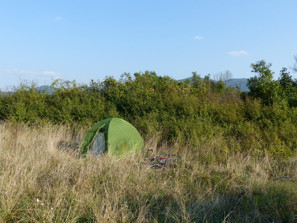 Sátorozás Pásztó és Tar között az országút mellett. A főúttól csupán a bokorsor választotta el a sátrat.