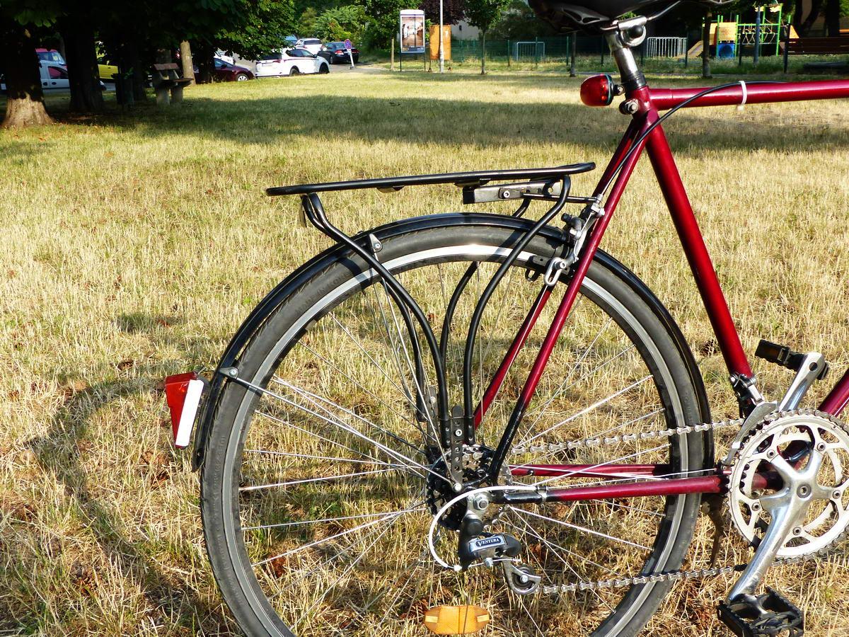 Igyekeztem a legstrapabíróbb csomagtartót kiválasztani. Nem egy szép darab, de jó erős! Állandóan a kerékpáron van, mivel sokat járok vele túrázni.