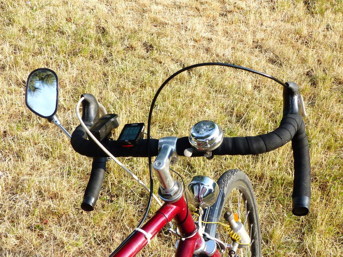 A bebandázsolt kormány a visszapillantó tükörrel, a világítással és a kerékpárcomputerrel