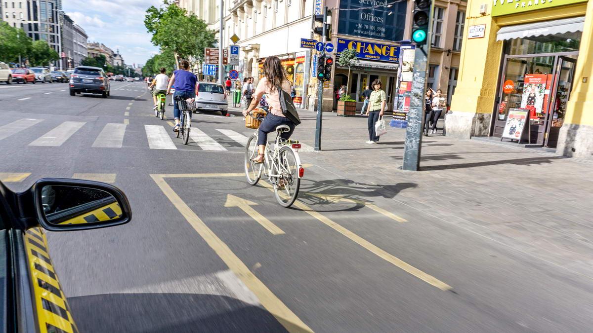 [01] Meg kell szoknunk a forgalomban való kerékpározást, mielőtt belevágnánk az országjáró kerékpártúrákba! (A kép a Bajcsy-Zsilinszky út legelején készült, a Deák térnél)