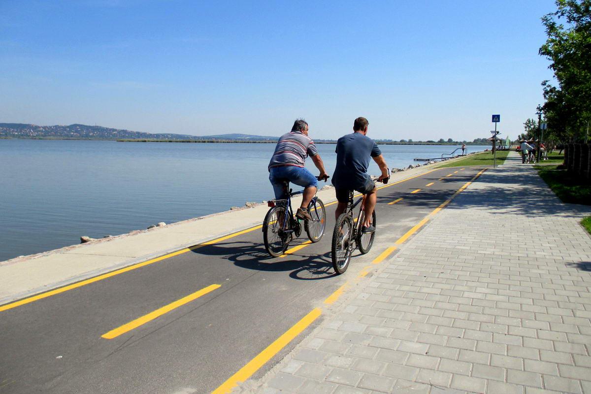 [02] Persze már sok helyen könnyíti meg kerékpárút a haladásunkat. A kép a Velencei-tó partján készült