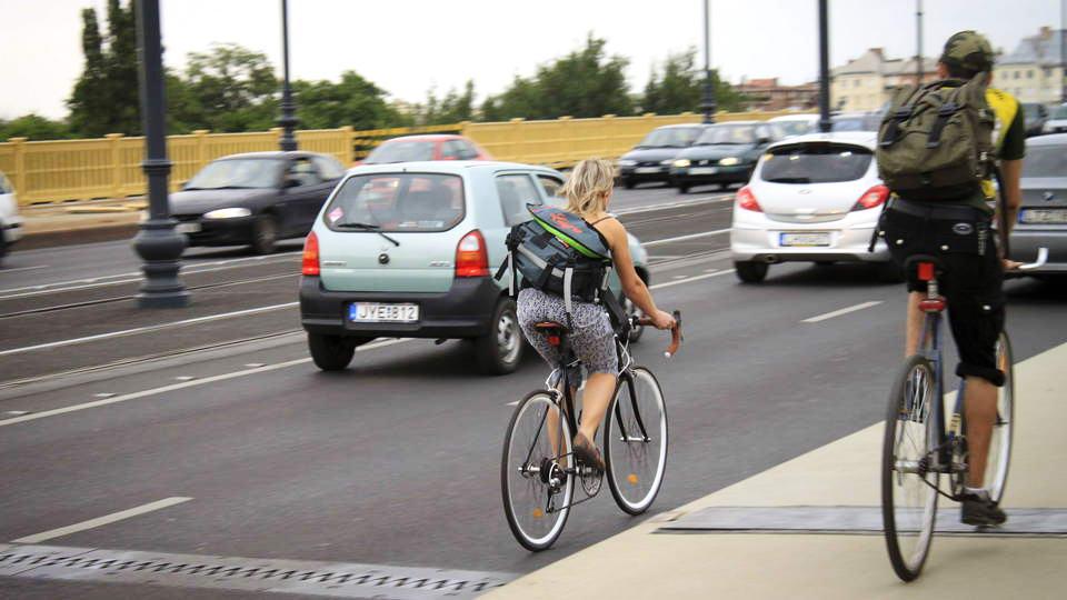 [03] Az igazi kihívás ott kerékpározni a forgalomban, ahol nincs felfestett kerékpársáv! Ezt is gyakorolnunk kell! (A kép a Margit hídon készült, a pesti oldal felé tekintve)