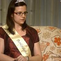 Itt az egyik királynőjelölt - videó
