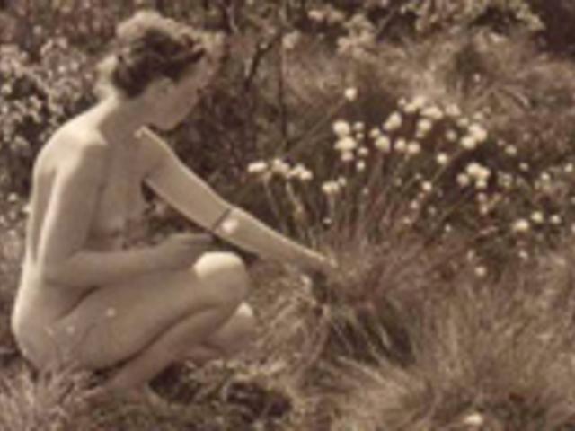 Új hóbort: meztelen kertészkedés
