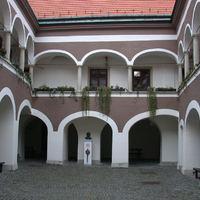Városkapitányok és óvatos Esterházy-hercegek - a múzeum épülete