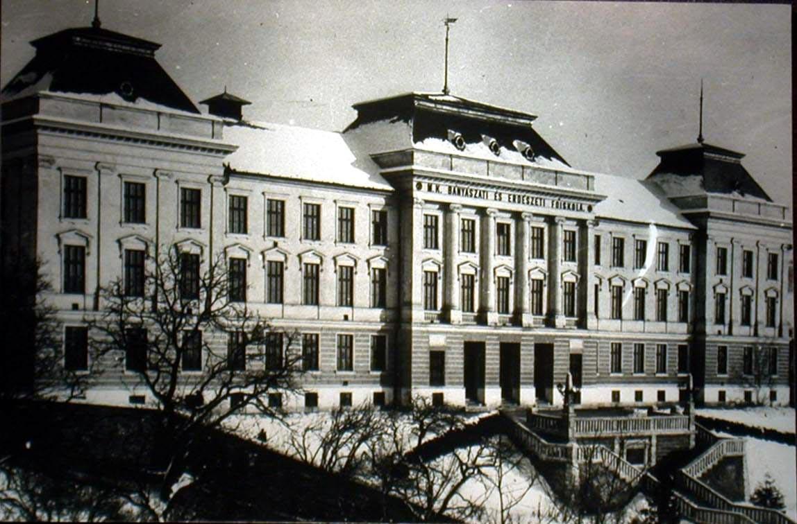 a_foiskola_epulete_1919-ig.jpg