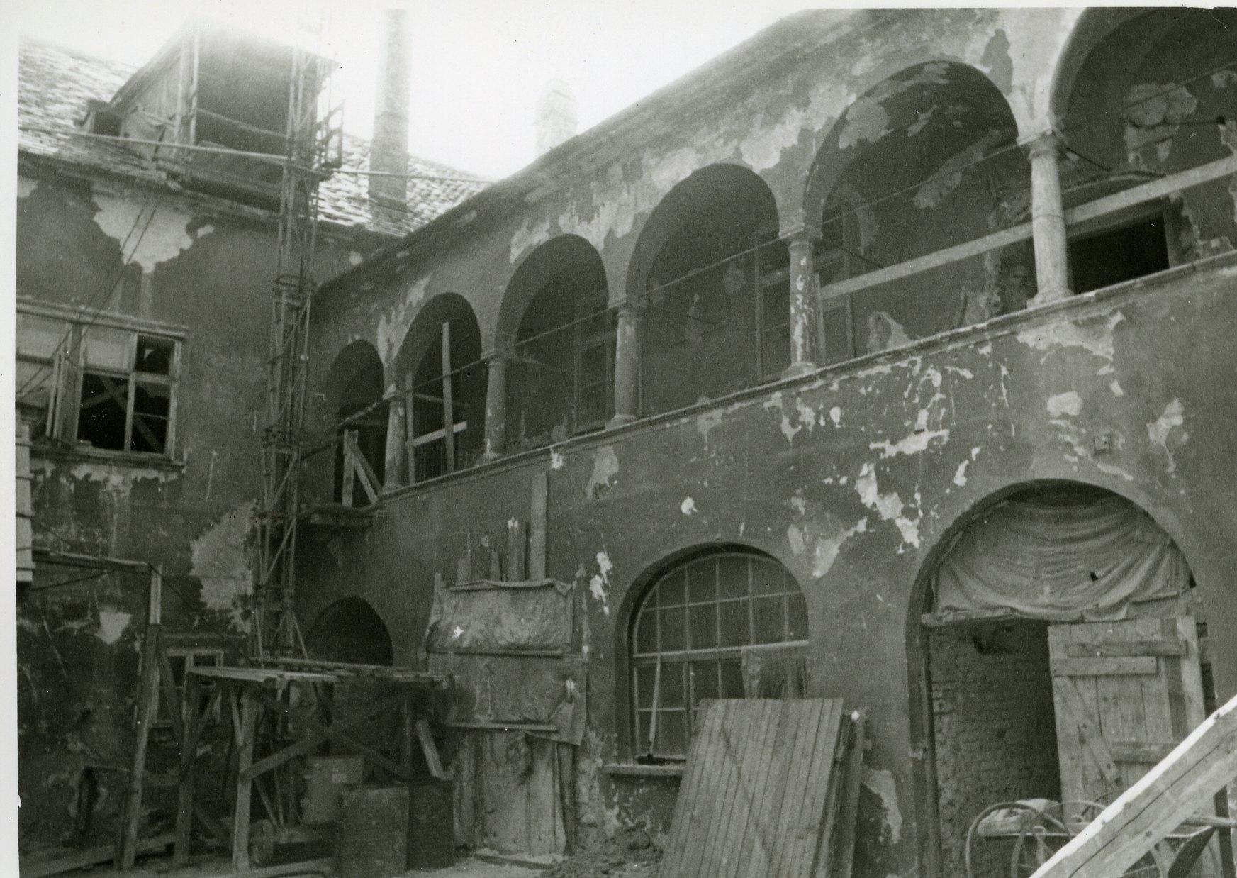 muzeumi_felujitas_1975_79_az_udvar_a_kapualj_iranyaba_609.jpg