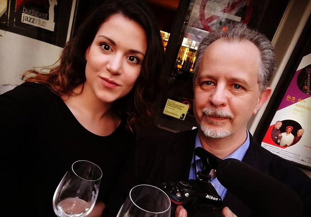 Ez volt a legelső közös képünk egy boros rendezvényen. Itt sem mutatok sehogy, de legalább rendesen felöltöztem.