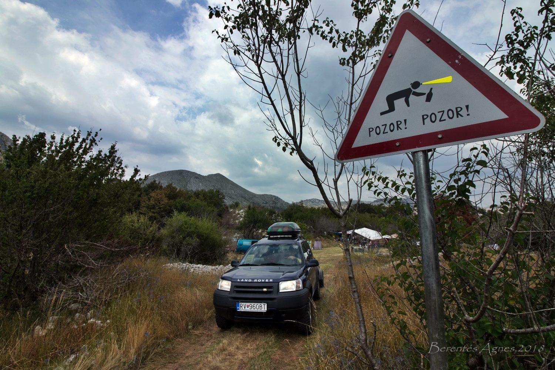 """Ismét eltelt egy év, és lassan beköszöntött az augusztus. Már számomra is hagyomány, hogy ha augusztus, akkor Montenegró. Mégpedig cél a Njegusi polje idén nem fekete, ellenben üde zöld gyepje, másutt szárazon zörgő kórója, ami az elkövetkezendő két hétben közel 100 barlangásznak szolgál otthonául. Már persze aki a felszínt választja…<br /><br />Az útépítések miatt a tájkép drasztikusan megváltozott, elveszítette kedves, balkánias jellegét. Az egykori Njegosiba vezető egysávos szerpentin helyét """"sztráda"""" vette át, amin rozsnyói barátaim terepjárójával sebesen emelkedtünk a Kotori-öböl felé, a lejátszóból szóló latin zene ritmusaira."""