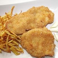 Csirkemell új köntösben kócos burgonyával.