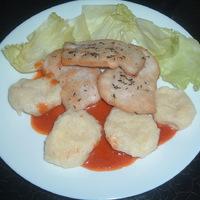 Csirkemell könnyű ízekkel, burgonyagombóccal.
