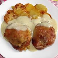 Csirkecomb kakukkfűves mártásban, tepsis krumplival.