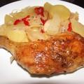 Pataki tálban sült csirkecombok téli ízekkel.