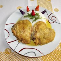 Omlós csirkecombok kókusztejes mártásban.