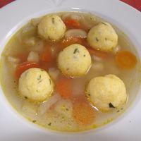 Különleges gombóc egyszerű levesben.