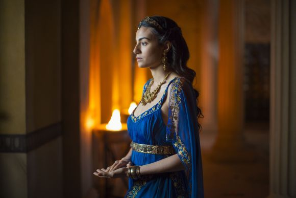 Ariadné (Aiysha Hart) trónra lép