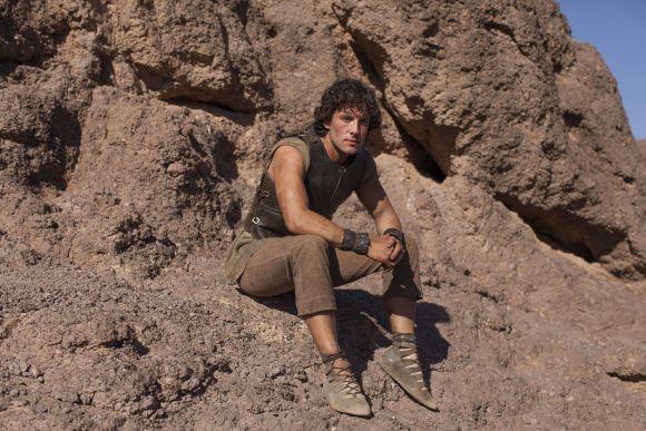 Jason (Jack Donnelly) kijut a Küklopsz barlangjából