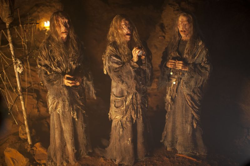 A mitológia szerint a három nővér egy szemen és két fogon osztozik.