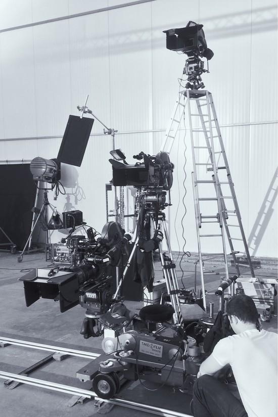 Tornasorban a 35 mm-es filmfelvevők: A, B és C kamera