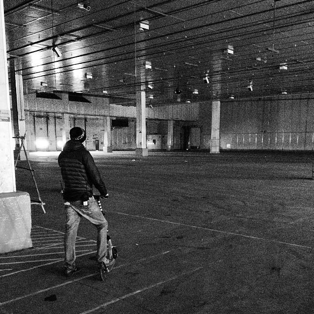 Itt még üresen áll a stúdió. Azóta már itt is díszletek épültek.