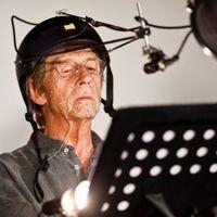 John Hurt a mikrofonnál
