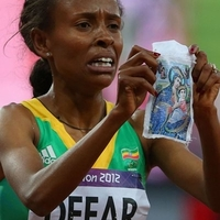 "Egy kép: ""Meseret Defar of Ethiopia holds up a picture at the London 2012 Olympic Games on August 10, 2012 in London, England."""