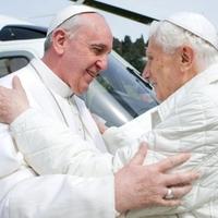 """Egy kép: """"Ferenc pápa elődjével, XVI. Benedek nyugalmazott pápával találkozott a Castel Gandolfó-i pápai rezidencián"""""""
