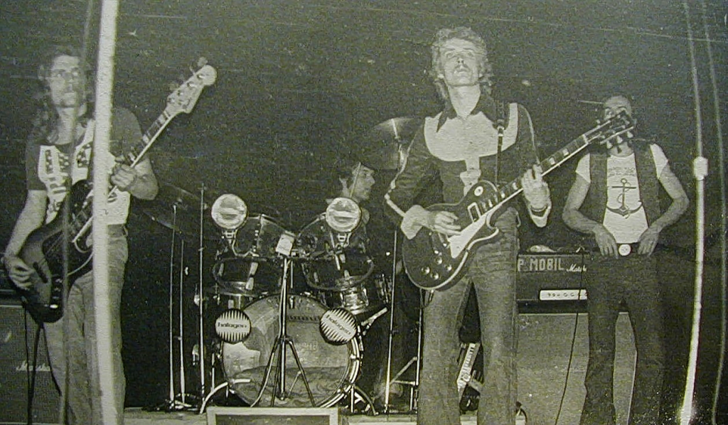 Kékesi László, Pálmai Zoltán, Bencsik Sándor, Schuster Lóránt (P. Mobil) a '70-es évek közepén (bent a koncertteremben). Forrás: Schuster Lóránt archívuma