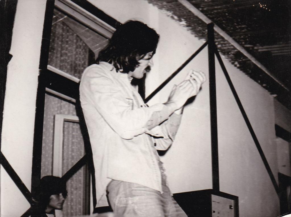 Schuster Lóránt a legendás színpadra vezető ablak előtt. Forrás: Schuster Lóránt archívuma.