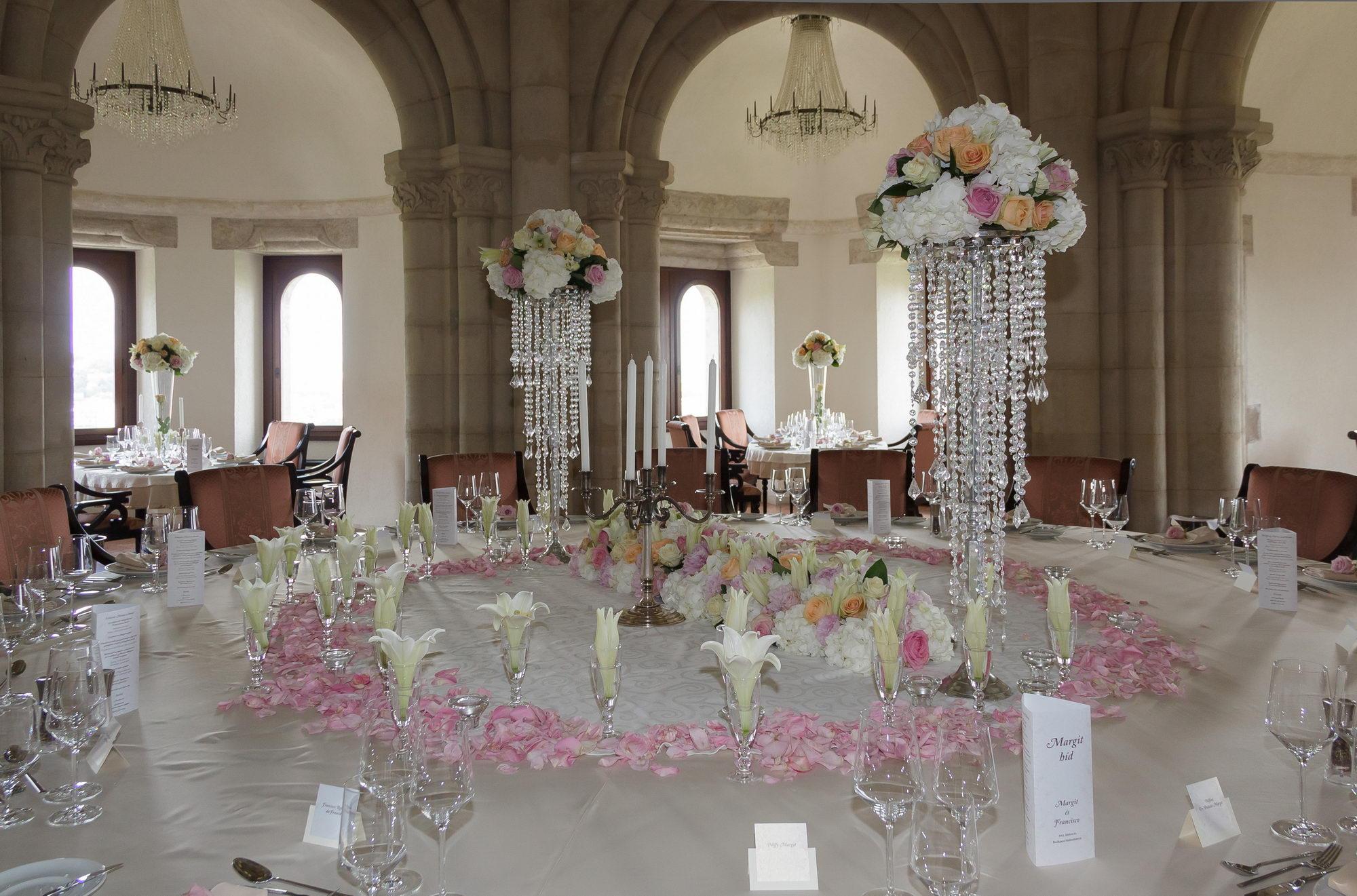 Egy királylányos esküvő gyönyörű dekorációja - Beautiful Wedding  Esküvőszervezés Budapest 09a1fcd02d