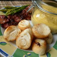Spárga hollandi mártással és ropogós baconös kiflikockákkal