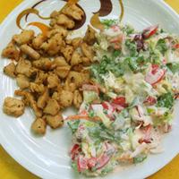Fűszeres apróhús tejfölös salátával