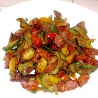 Színes zöldségek kolbásszal – egy serpenyőben