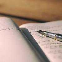 Balra dőlő írás