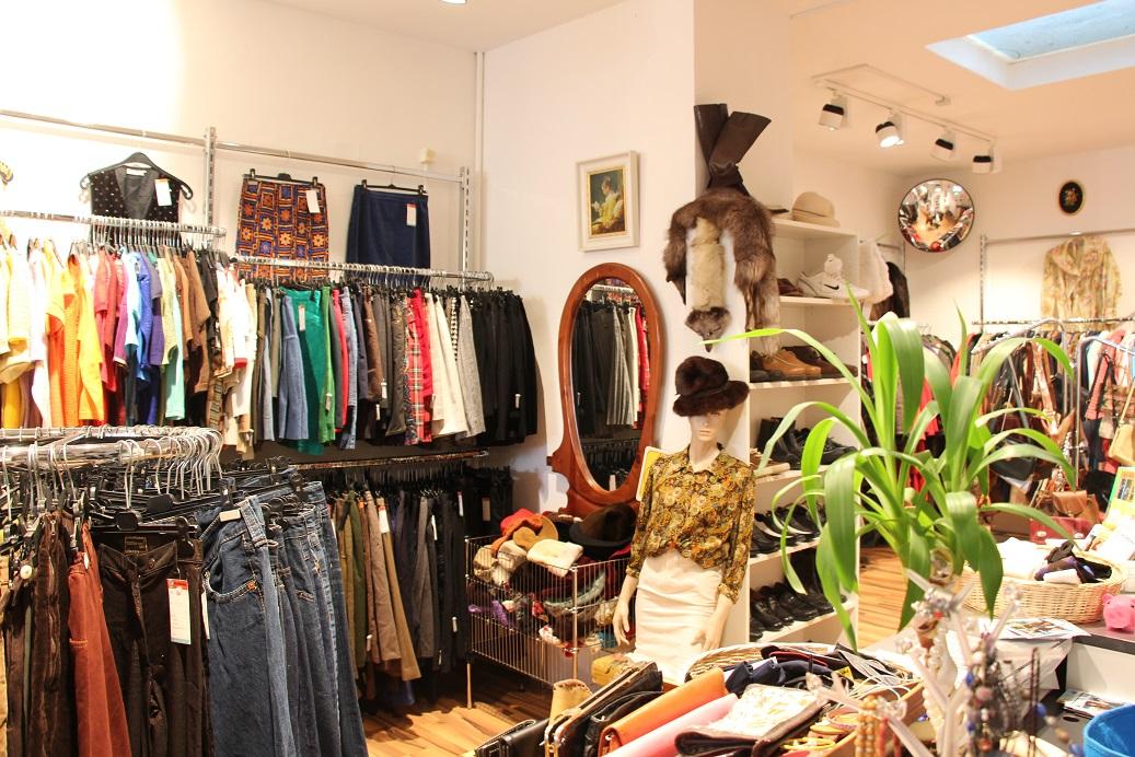 889ab1e831 A viszonylag kis boltban akad minden, női, férfi-, gyerekruha, sportolásra  alkalmas felső, mez, kabát és kiegészítők, nem kis mennyiségben.
