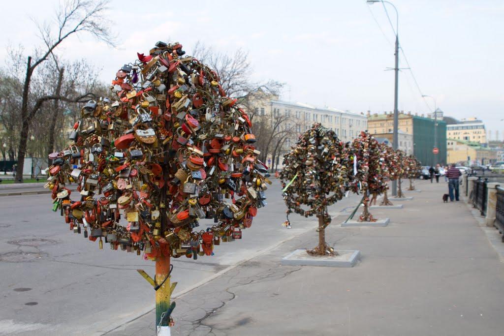 luzhkov-bridge-moscow-russia.jpg