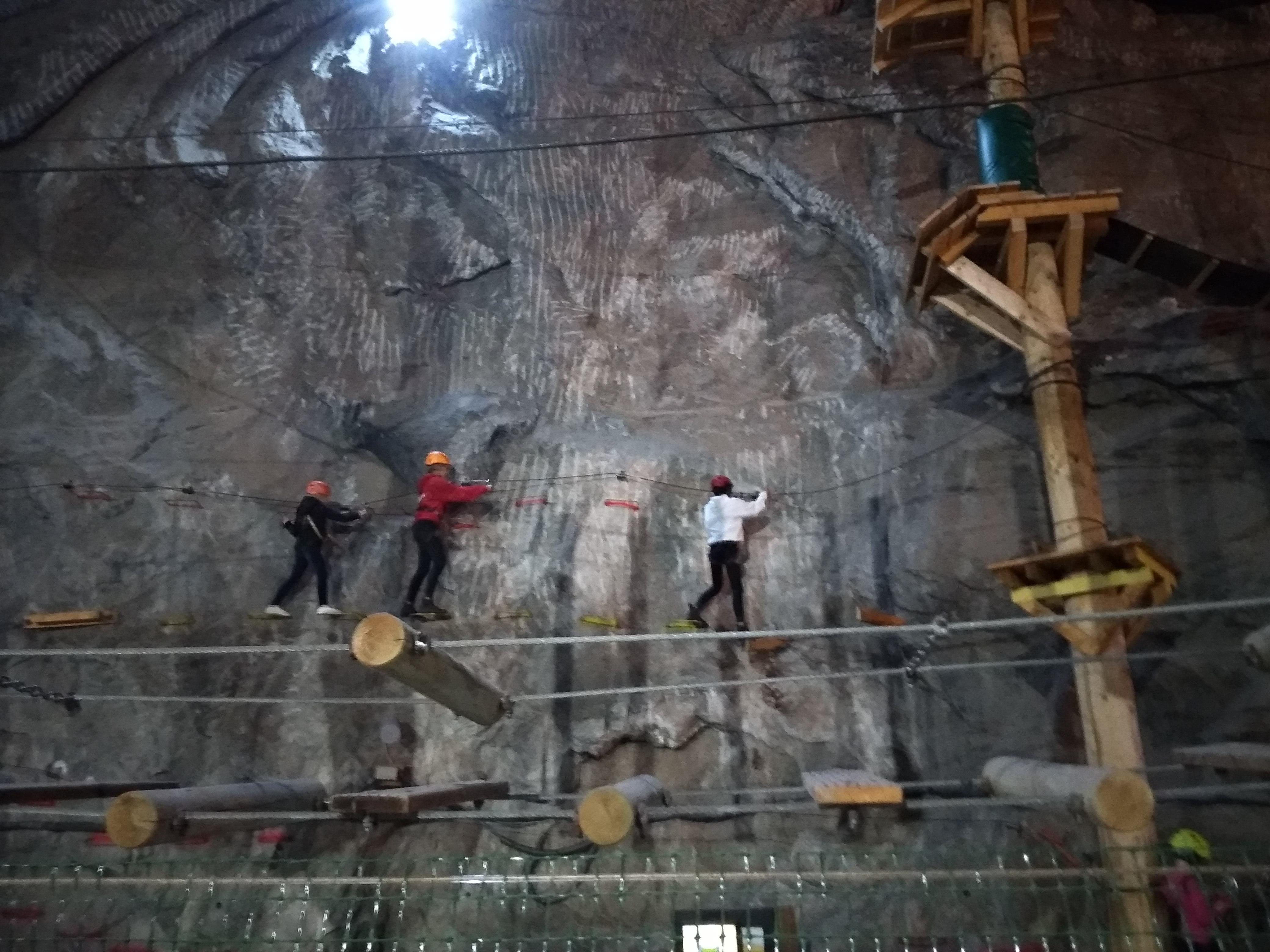 Lent a sóbányában is mehet az akció, vagány a kalandpark.