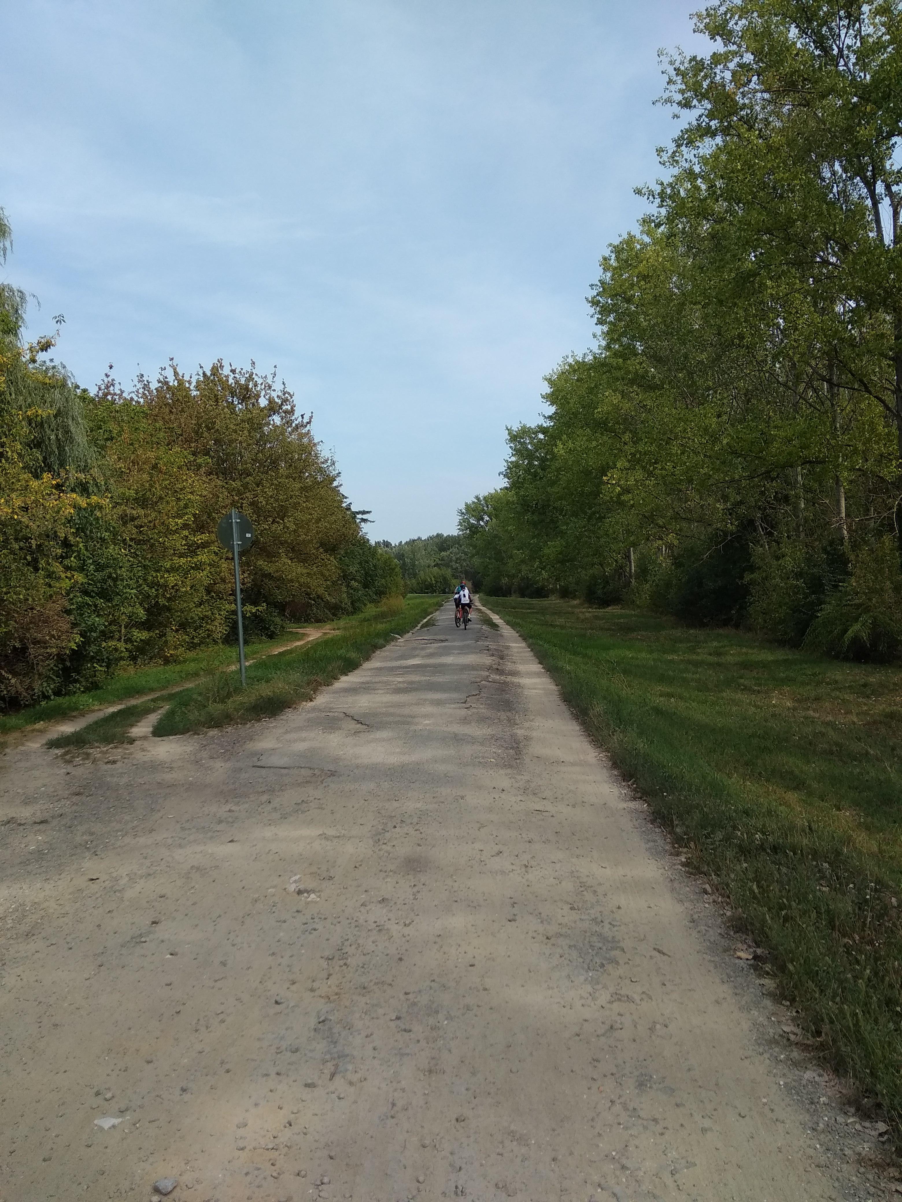 A csodálatos bicikliút. Az menti meg, hogy szép a környék.