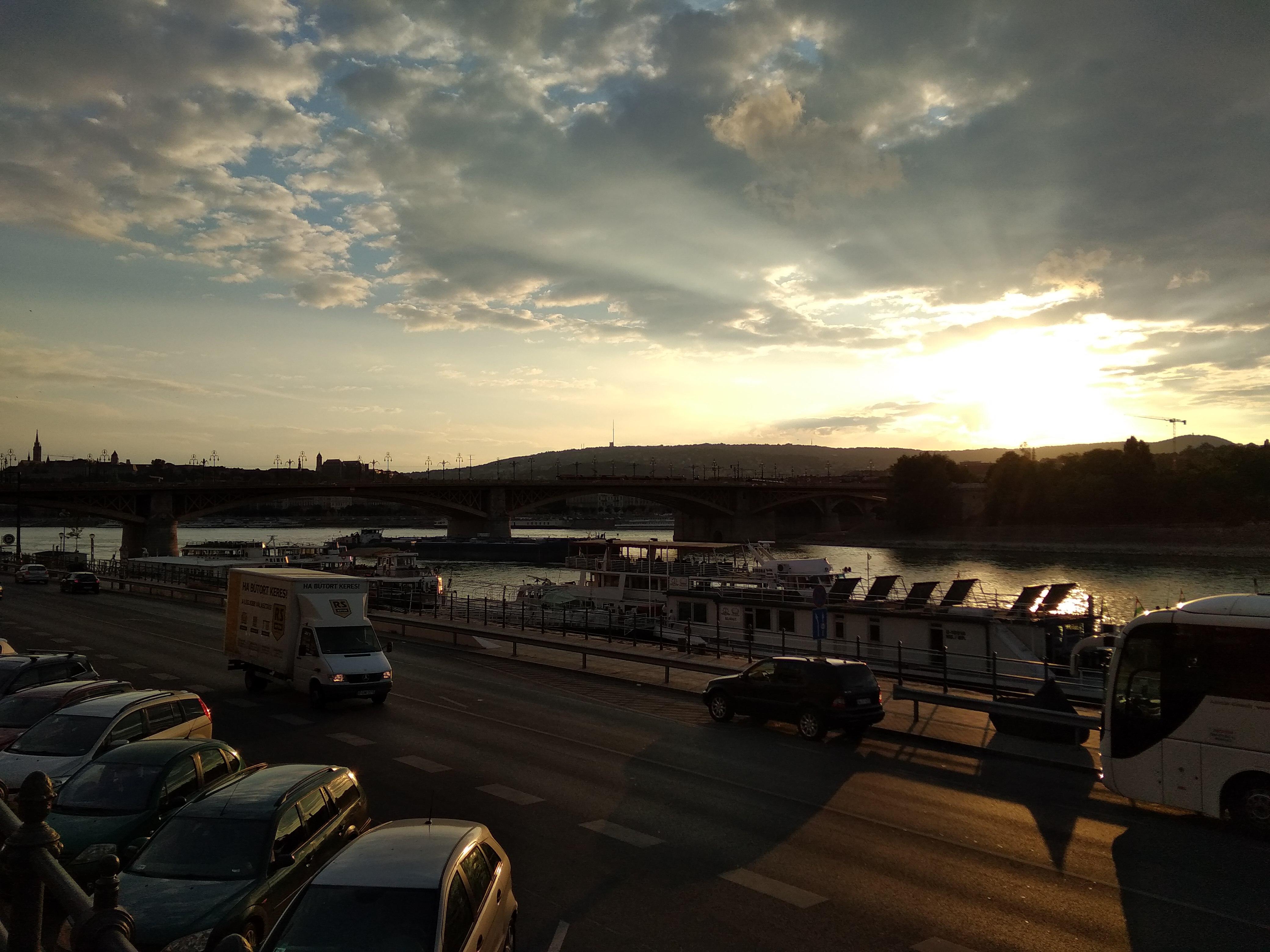 Sima hétköznap az Újpesti rakparton. A híd és a Margit-sziget a lemenő nap fényében fürdik.<br />A szerző felvétele