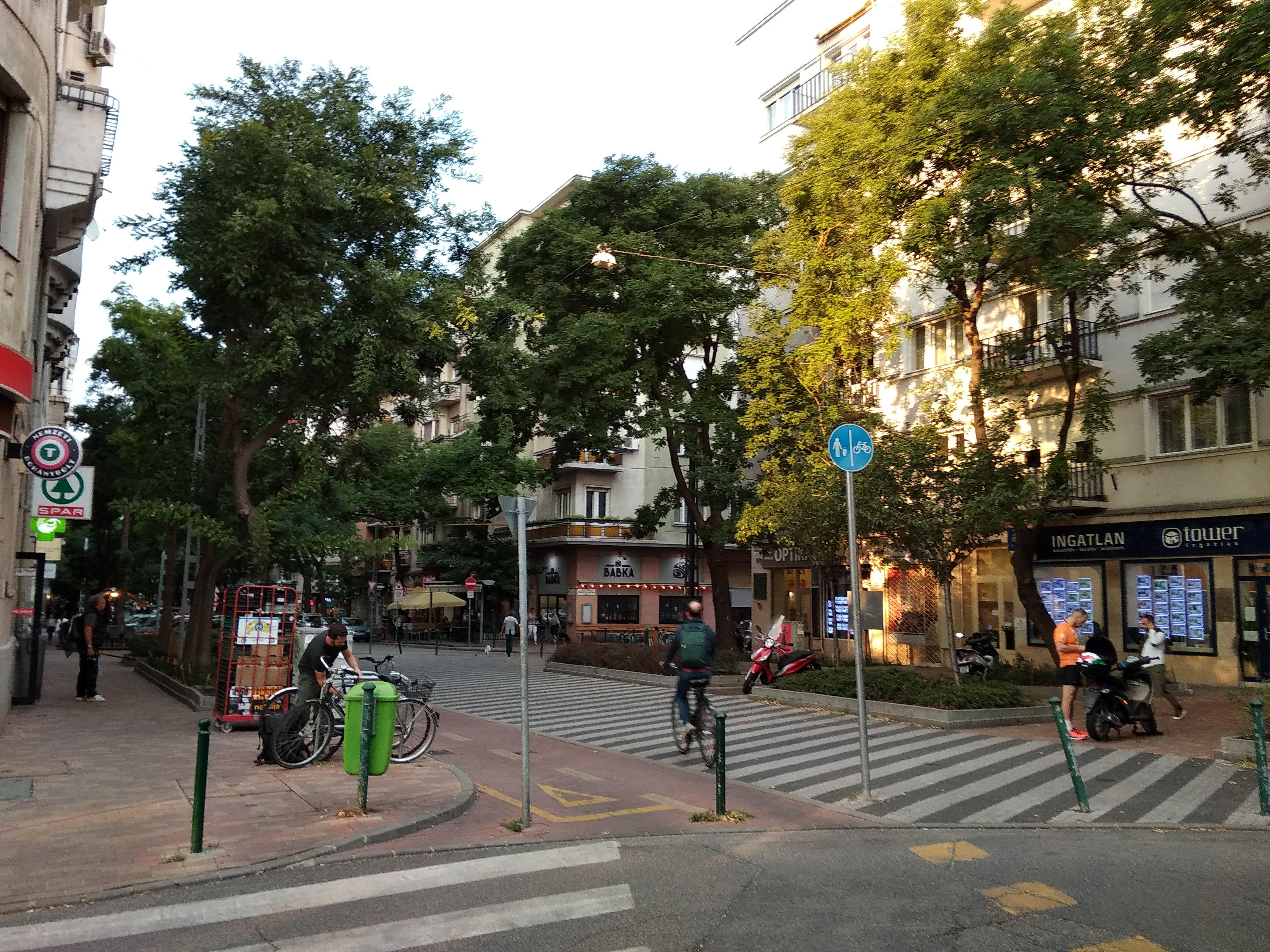 A Poszonyi út bejárata a Jászai Mari tér felől. Háttérben a Babka. Itt üzemelt a Szamovár presszó.<br />A szerző felvétele
