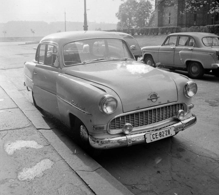 1963 Kisbandi vasárnap mindig elviszi az öreg Opellal a mamát a Pozsonyi úti templomba. '40 óta jártak ide Nagybandival. Karcsi bácsi segített a kocsival. Aztán Nagybandi szíve nem bírta a nyomást. Csak a kocsi maradt meg a templom.<br />Forrás: Fortepan / Budapest Főváros Levéltára. Levéltári jelzet: HU.BFL.XV.19.c.10<br />