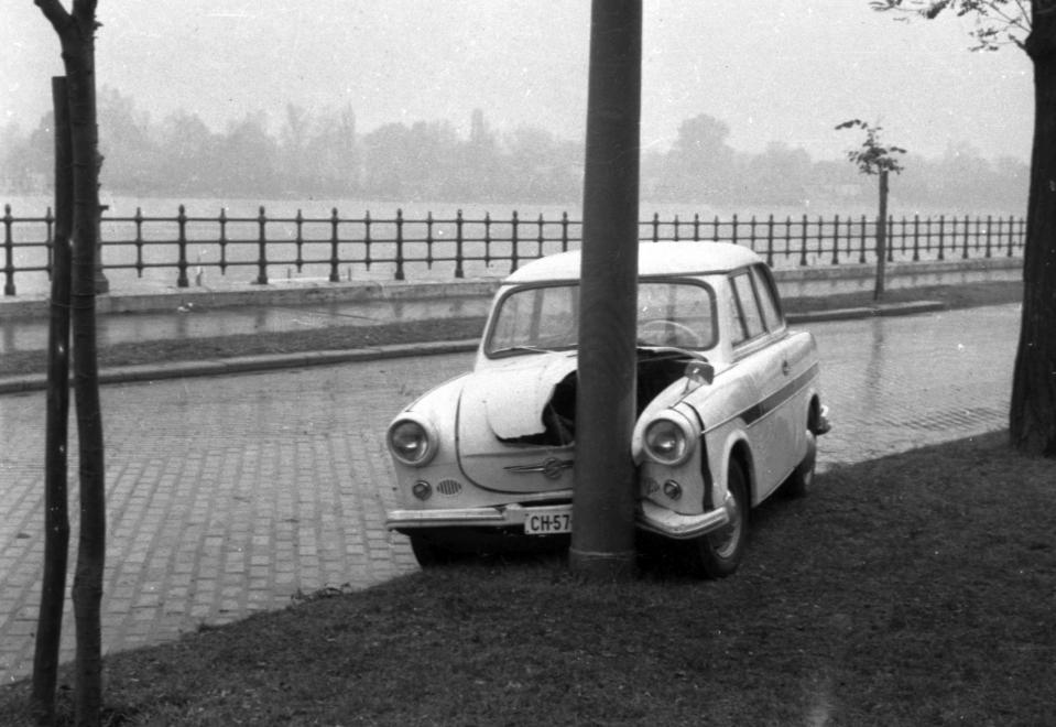 1964 Ki hallott már ilyet, hogy Lecserélni egy Opelt egy vacak Trabantra. És most tessék! Kisbandi megúszta, Piroska meg a gyerekek nem voltak vele! Hiába beszélek én ennek a fiúnak! Bárcsak Nagybandi élne még…<br />Forrás: Fortepan