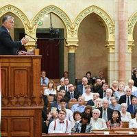 BEKIÁLTÁS: Papos köntöst öltött Orbán
