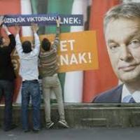 Orbán pórázán tekergünk